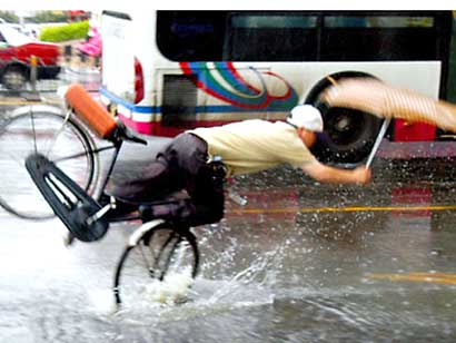 cycling_umbrella_falling_rain_potho.jpg