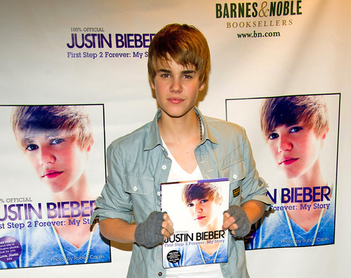 Pictures Of Justin Bieber New Haircut 2010. IS JUSTIN BIEBER#39;S NEW HAIR-DO